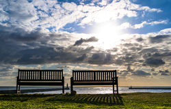 Chaises et phare Tynemouth Image stock