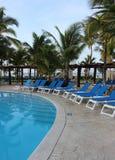Chaises et piscine sur une station de vacances du Mexique Images libres de droits
