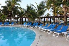 Chaises et piscine sur une station de vacances du Mexique Photo stock