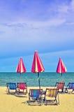 Chaises et plage d'unbrella Photographie stock