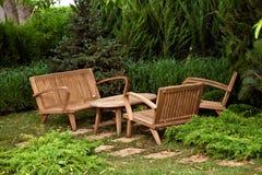 Chaises et table décoratives dans le jardin Photo libre de droits