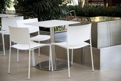 Chaises et table dans le centre commercial Photos stock