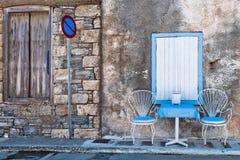 Chaises et table sur la rue Photographie stock libre de droits
