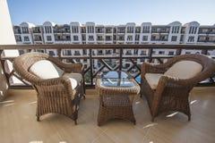Chaises et table sur le balcon Images libres de droits