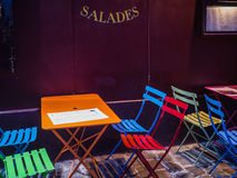 Chaises et tables colorées de café sur le trottoir dans Montmartre, Paris Photo libre de droits