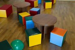 Chaises et tables dans un terrain de jeu Photo libre de droits