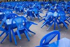 chaises et tables en plastique bleues vides dehors, se préparant aux vacances, aucune personnes photographie stock libre de droits