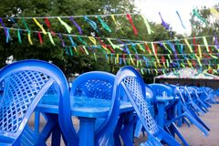 chaises et tables en plastique bleues vides dehors, se préparant aux vacances, aucune personnes photo libre de droits