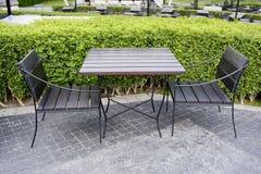 Chaises extérieures d'air ouvert de restaurant avec la table Été Image libre de droits