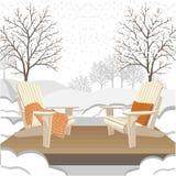Chaises extérieures en bois classiques avec le plaid et l'oreiller volumineux de knit Paysage de jardin d'hiver ou de parc Photographie stock