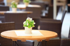 Chaises extérieures de café de restaurant avec la table Images stock