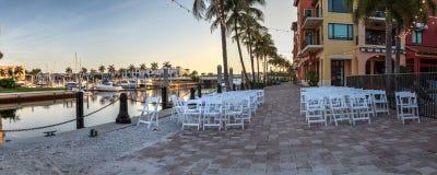 Chaises installées pour une cérémonie l'épousant par une voie d'eau de port photos stock