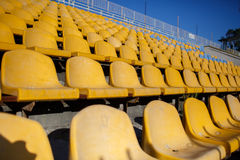 Chaises jaunes à un stade de sports images stock