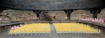 Chaises jaunes dans la rangée image stock