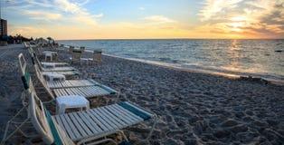 Chaises le long de plage de Vanderbilt à Naples, la Floride photo stock
