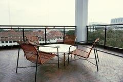 Chaises longues dans le balcon photo stock