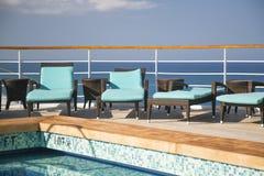 Chaises longues de bateau de croisière et abrégé sur piscine Images libres de droits