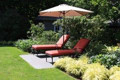 Chaises longues de jardin Photo libre de droits