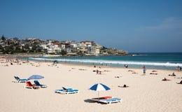 Chaises longues de plage de Bondi Photos stock