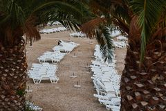 Chaises longues de plastique vides de plage Photos stock