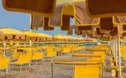 Chaises longues et parapluies sur une plage image stock