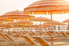 Chaises longues et parapluies sur une plage image libre de droits