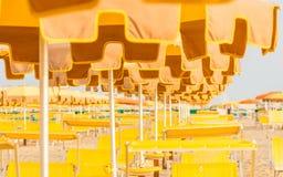 Chaises longues et parapluies sur une plage Images stock