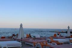 Chaises longues et parasols sur la plage photographie stock libre de droits