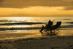 Chaises longues le long de fort populaire Myers Beach sur la côte ouest de la Floride photographie stock