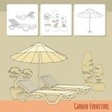 Chaises longues sous le parapluie et les fleurs de patio dans le pot Images libres de droits