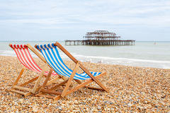Chaises longues sur la plage de Brighton. Brighton, Angleterre photographie stock