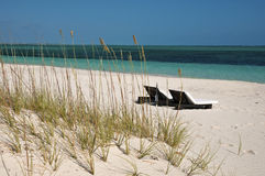 Chaises longues sur la plage les Turcs et en Caïques Image libre de droits
