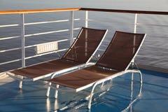 Chaises longues sur le paquet du bateau de croisière. Photo libre de droits
