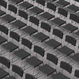 Chaises noires d'une manière ordonnée alignées de cuir et d'acier sur une moquette de conférence Photographie stock libre de droits