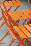 Chaises oranges extérieures en métal Photographie stock libre de droits