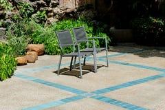 2 chaises placées près de la piscine photo stock