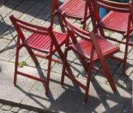 Chaises pliantes en bois rouges Photo stock