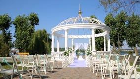 Chaises pour l'invité sur la cérémonie de mariage Endroit de cérémonie de mariage banque de vidéos