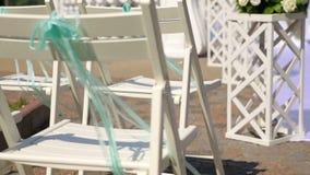 Chaises pour l'invité sur la cérémonie de mariage Endroit de cérémonie de mariage clips vidéos
