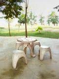 Chaises rondes en pierre et table ronde Images libres de droits
