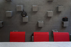 Chaises rouges contre le mur de stuc Photo stock