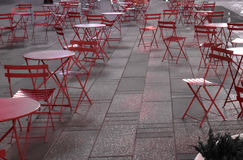 Chaises rouges dessus et trottoir extérieur dans une grande ville tard la nuit Photographie stock