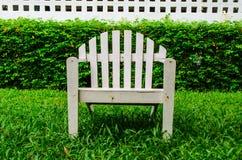 Chaises sur la pelouse photo stock