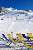 Chaises sur la piste de ski Photographie stock