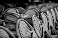 Chaises sur la terrasse de Paris Photos stock