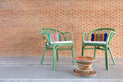 Chaises vertes de rotin avec le coussin local thaïlandais photo stock