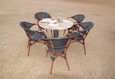 Chaises vides autour d'une table Images stock