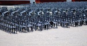 Chaises vides dans la rue Photo stock