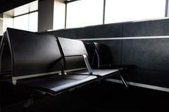 Chaises vides dans le hall de départ à l'aéroport Concepts de voyage et de transport Photographie stock