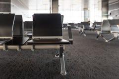 Chaises vides dans le hall de départ à l'aéroport, gare ferroviaire Concepts de voyage et de transport Photo stock